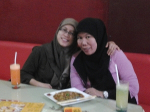 Sondha dan Diana Chalil, teman sejak kuliah di Bogor yang berkunjung ke Pekanbaru
